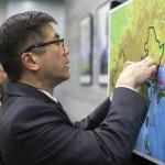 Ambassador Locke pinning the Pengyou Map.
