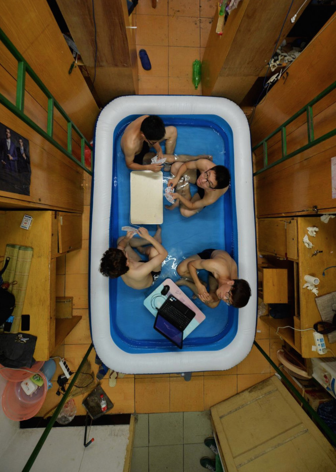 """Cool Pool Tables >> Wuhan Students Escape """"Dog Days of Summer"""" with Inflatable ..."""