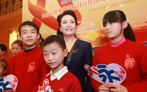 First lady, Peng Liyuan stands with children affected by HIV image credit: thechinawatch.com