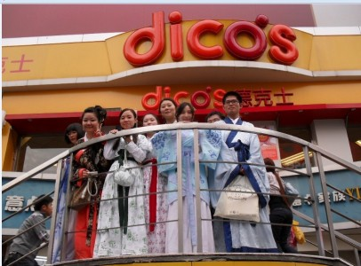 Members of the Hanfu community reconvene at the location of the Chengdu Hanfu burning a year later. Image credit: Baidu Tieba