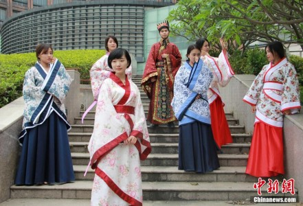 Fujian Normal University graduates wear Hanfu for their graduation photo. Image credit: Chinanews.com